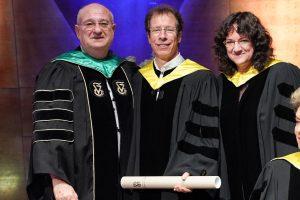 נשיא הטכניון פרופ' פרץ לביא (משמאל) והמשנה לנשיא לעניינים אקדמיים פרופ' חגית עטיה (מימין) מעניקים את התואר לפרופ' סטפן מלאך