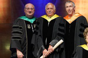 נשיא הטכניון פרופ' פרץ לביא (משמאל) והמשנה הבכיר פרופ' אדם שורץ (מימין) מעניקים את התואר למשה ספדיה