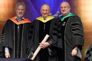 נשיא הטכניון פרופ' פרץ לביא (מימין) ודיקן בית הספר לתארים מתקדמים פרופ' דן גבעולי (משמאל) מעניקים את התואר לסמי סגול