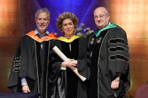 נשיא הטכניון פרופ' פרץ לביא (מימין) ודיקן בית הספר לתארים מתקדמים פרופ' דן גבעולי (משמאל) מעניקים את התואר לנינה אבידר ווינר