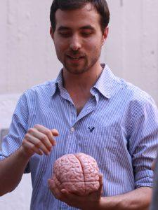 הסטודנט שקד רון מדגים את הפרויקט