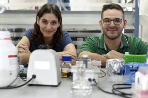 פרופ'-חבר מיטל לנדאו (משמאל) עם הדוקטורנט ניר סלינס
