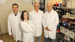 """קבוצת המחקר. מימין לשמאל: פרופ' גדעון גרדר, פרופ' אבנר רוטשילד, אביגיל לנדמן וד""""ר חן דותן"""