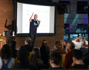 """3.פרופ' דני רז מהפקולטה בהרצאה על """"מאחורי הענן: כל מה שלא ידעתם על הדור החמישי,האינטרנט והענן"""
