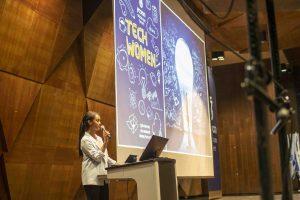 מנחת האירוע הסטודנטית קרן יצחק מהפקולטה למדעי המחשב