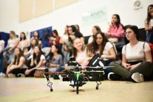 התלמידות במעבדה בפקולטה להנדסת אוירונוטיקה וחלל
