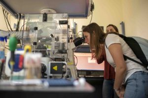 התלמידות במעבדה בפקולטה להנדסת מכונות