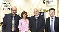 זוכי פרס הארווי: פרופ' פנג ז'אנג, פרופ' עמנואל שרפנטייה ופרופ' פפדימיטריו כריסטוס הילריוס, עם נשיא הטכניון פרופ' אורי סיון (שני מימין)