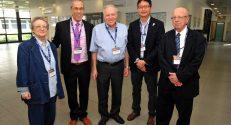 מימין לשמאל: חתן פרס ישראל לחקר הכימיה פרופ' איתמר וילנר, פרופ' Manabu Abe, פרופ'-מחקר יצחק אפלויג, פרופ' זאב גרוס ובלהה וילנר