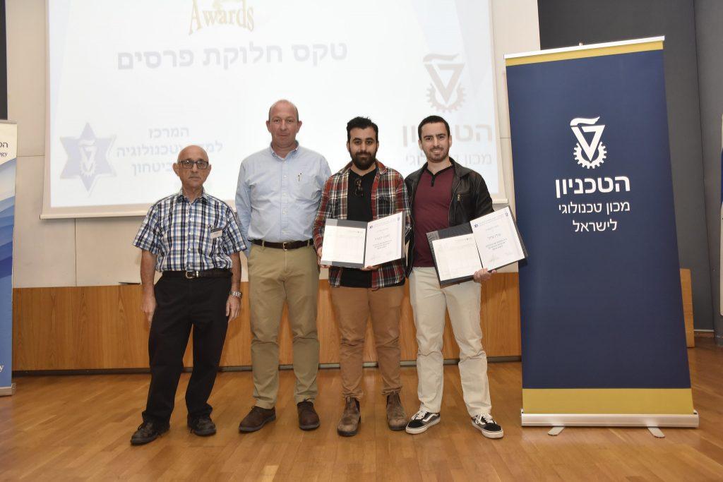 """הזוכים בפרס השני בתחרות הסטודנטים. מימין לשמאל: עדו גליל, משה קמחי פרופ' אלון וולף ותא""""ל (מיל') פרופ' יעקב נגל"""