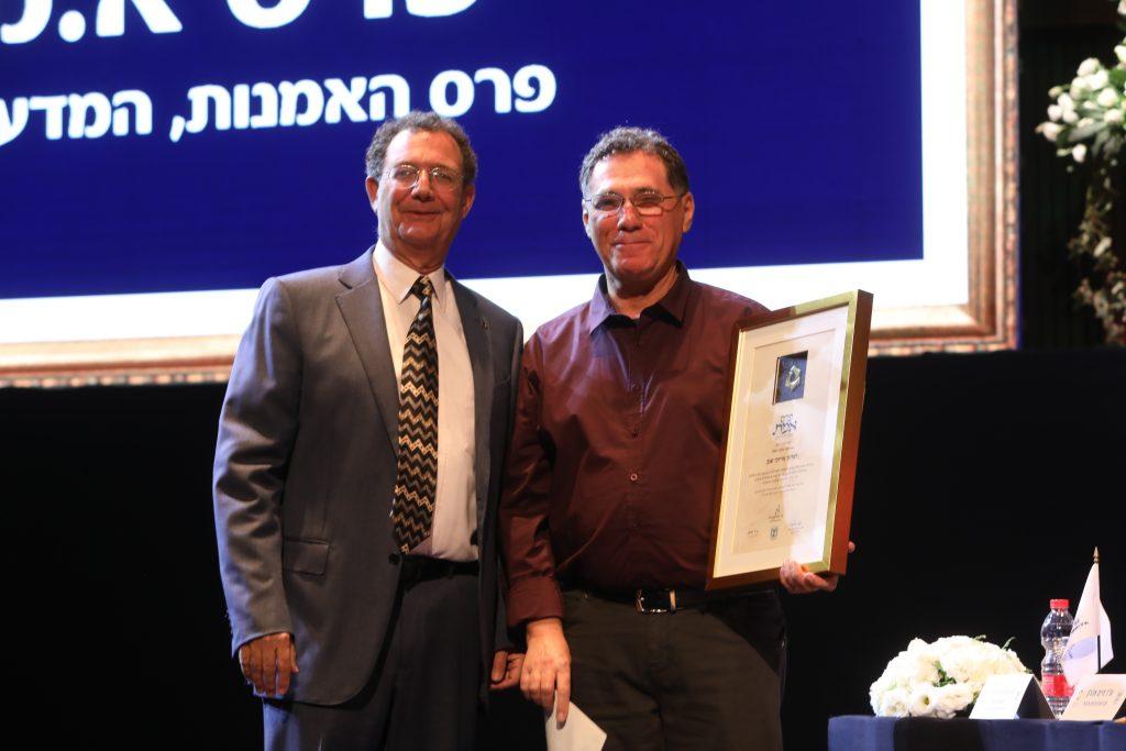 """פרופ'-מחקר שגב (מימין) עם אריה דובסון מנכ""""ל קרן א.מ.נ צילום: ששון תירם"""