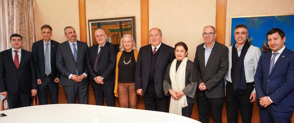"""תמונה קבוצתית של המשלחות. במרכז נשיא ארמניה ד""""ר ארמן סרקיסיאן, רעייתו נונה ונשיא הטכניון פרופ' אורי סיון ורעייתו יעל"""