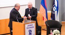 נשיא הטכניון פרופ' אורי סיון מעניק את מדלית הטכניון לנשיא הארמני