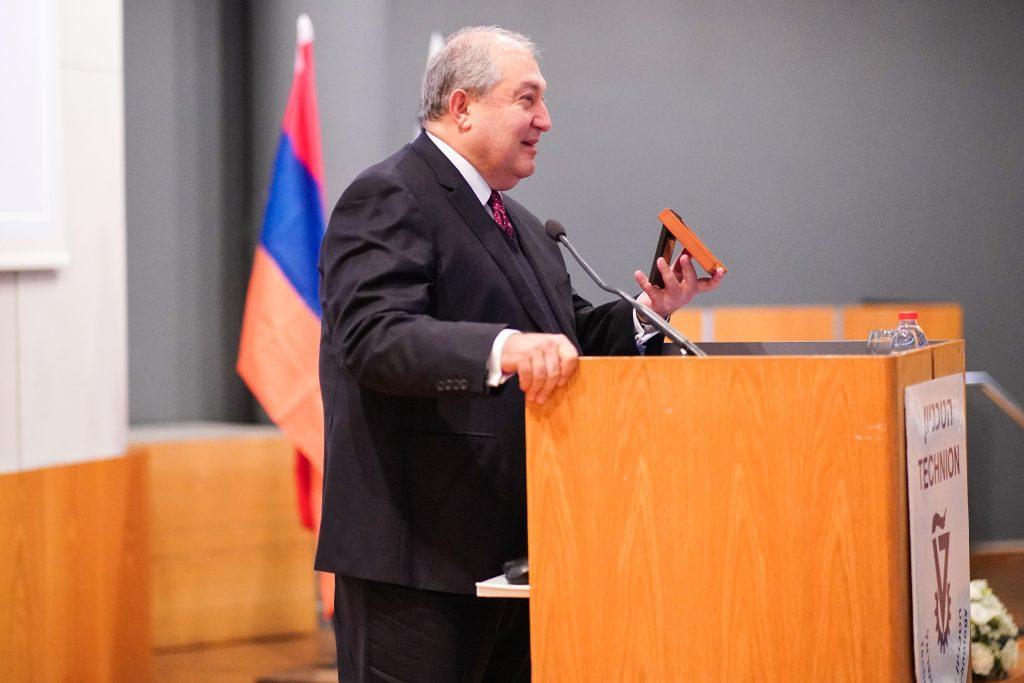"""נשיא ארמניה ד""""ר ארמן סרקיסיאן מציג את מדלית הטכניון"""