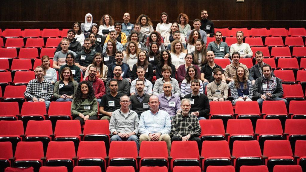 42 דוקטורנטים ו-16 מגיסטרים, שנבחרו בימי מחקר פקולטיים מוקדמים, הציגו מגוון רחב של מחקרים. שני צוותי שיפוט, אחד לדוקטורנטים ואחד למגיסטרים, בחן את הפוסטרים ובחר את הזוכים