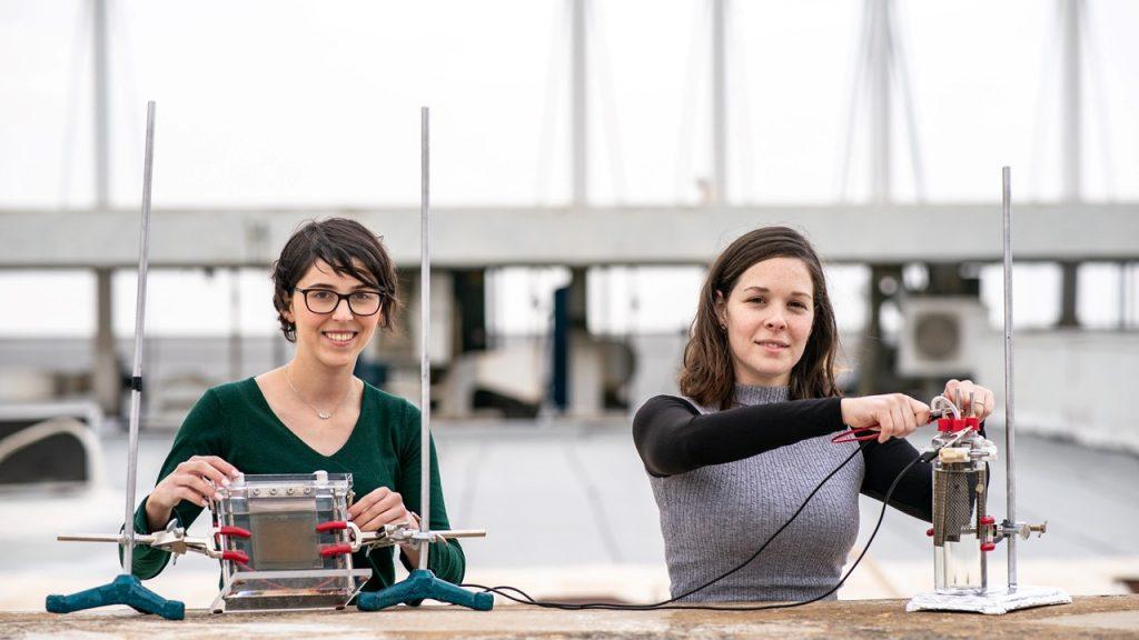 הדוקטורנטית אביגיל לנדמן (מימין) והמסטרנטית רואן חלבי עם המערכת החדשנית