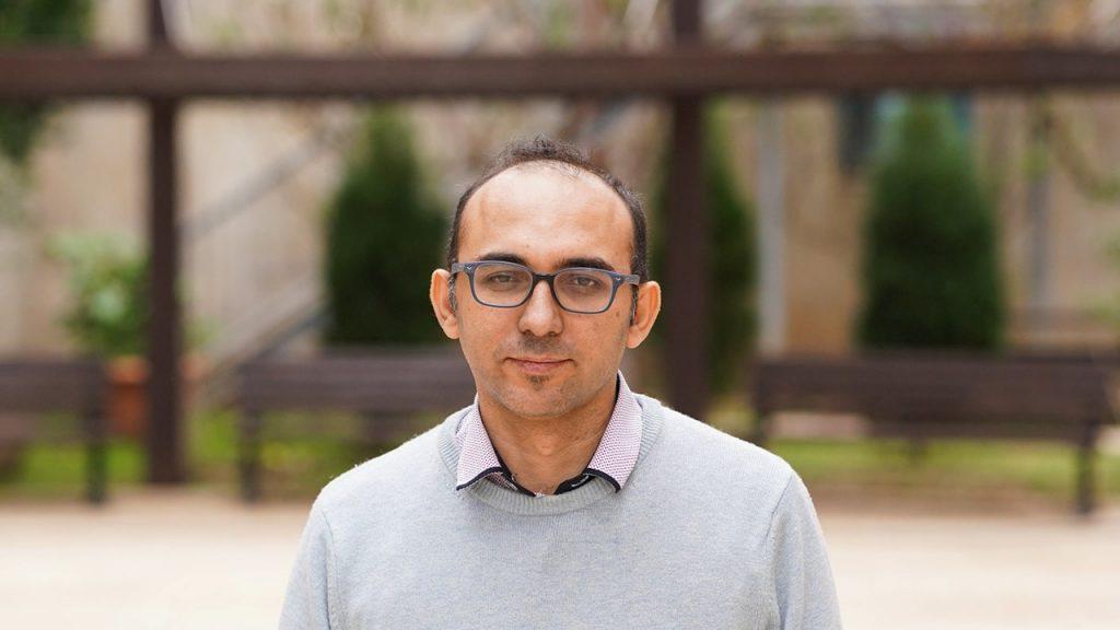 """פרופ'-משנה ראמז דניאל השלים תואר ראשון בפקולטה להנדסת חשמל ע""""ש ויטרבי בטכניון ותואר שני בהנדסת אלקטרוניקה וחשמל באוניברסיטת תל אביב, שאחריו יצא לתעשייה. לאחר שמונה שנות עבודה בטאואר ג'ז הוא יצא לדוקטורט ואחריו פוסט-דוקטורט ב-MIT, שם בנה את המחשב הביולוגי הראשון בתוך חיידק. מאז שנת 2014 הוא עומד בראש המעבדה לביולוגיה סינתטית בפקולטה להנדסה ביו-רפואית בטכניון"""