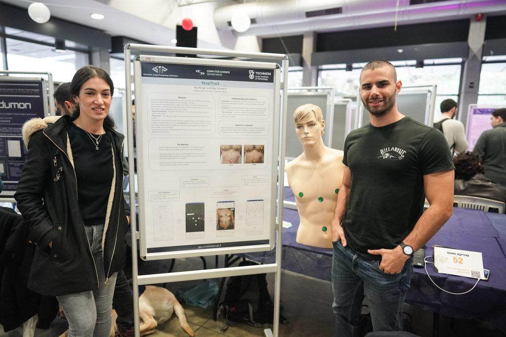הסטודנטים מאי שוורץ וגיא ברגר שפיתחו מערכת לניטור דלקת ריאות לפי צילום בית חזה במצלמת הטלפון