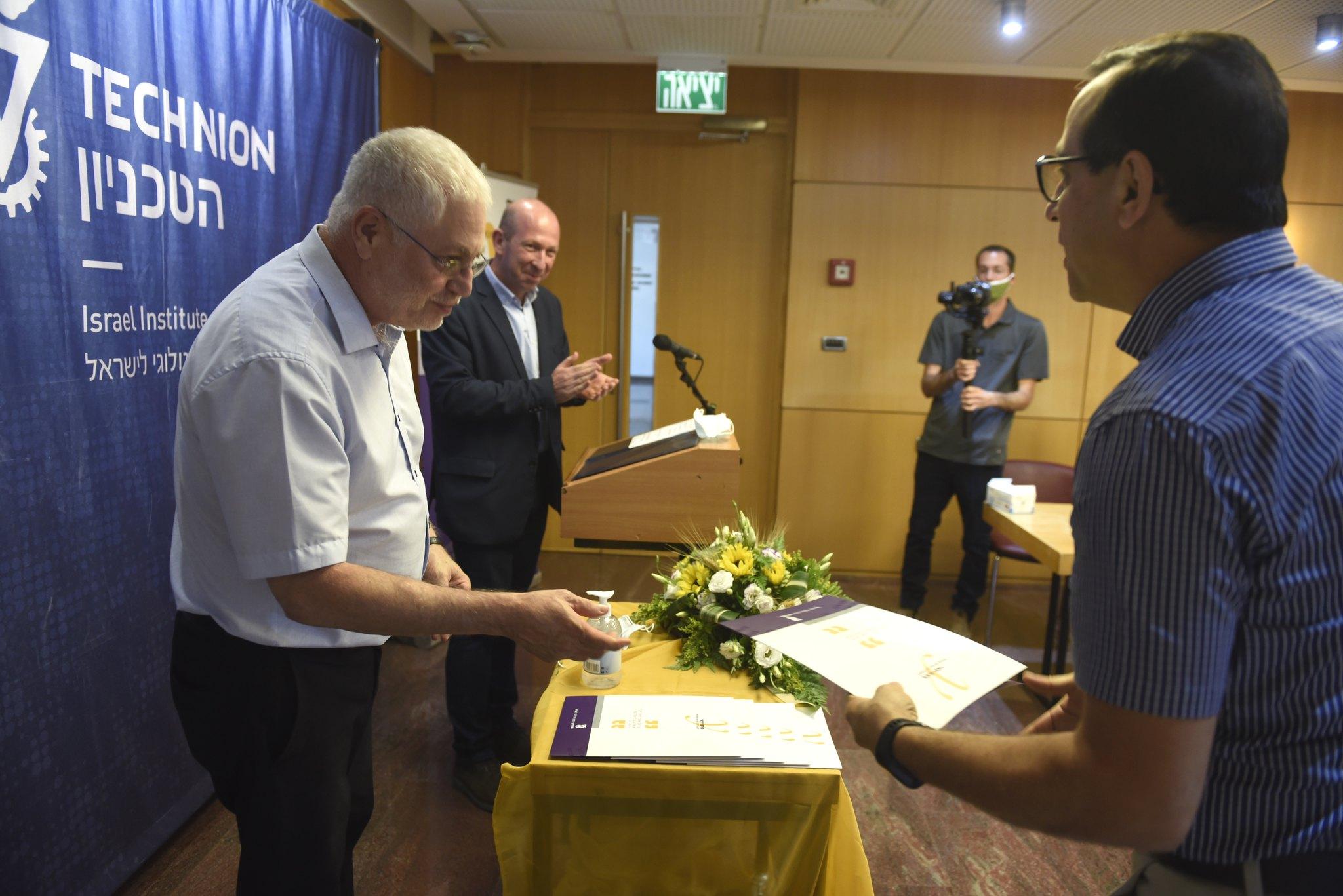 """נשיא הטכניון פרופ' אורי סיון מעניק את הפרס לפרופ""""ח נביה איוב מהפקולטה לביולוגיה"""