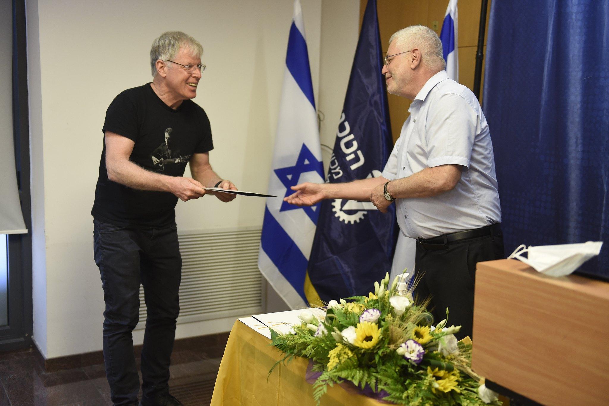 נשיא הטכניון פרופ' אורי סיון מעניק את הפרס לפרופ' שאול מרקוביץ מהפקולטה למדעי המחשב