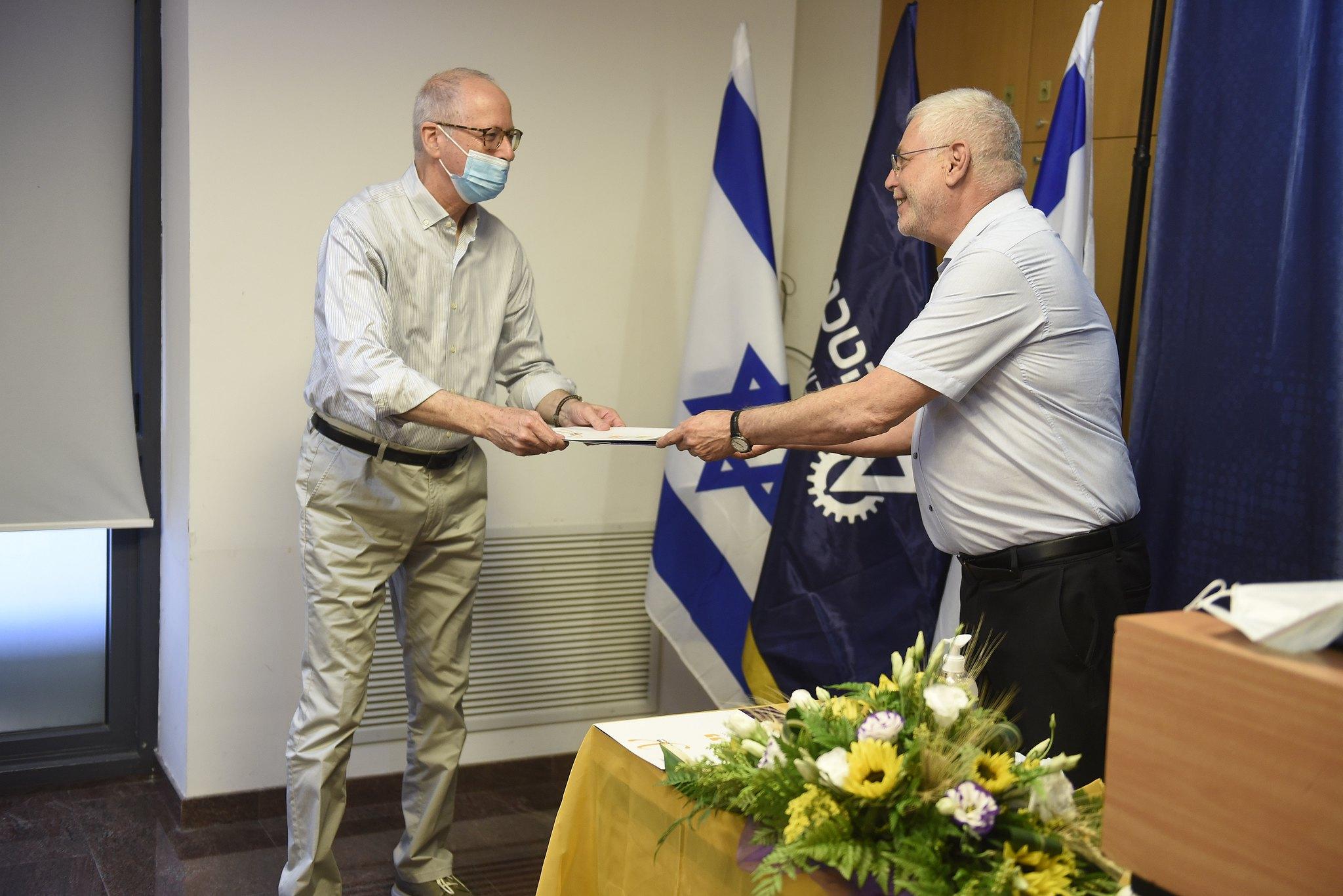 נשיא הטכניון פרופ' אורי סיון מעניק את הפרס לפרופ' אביעד שפירא מהפקולטה להנדסה אזרחית וסביבתית
