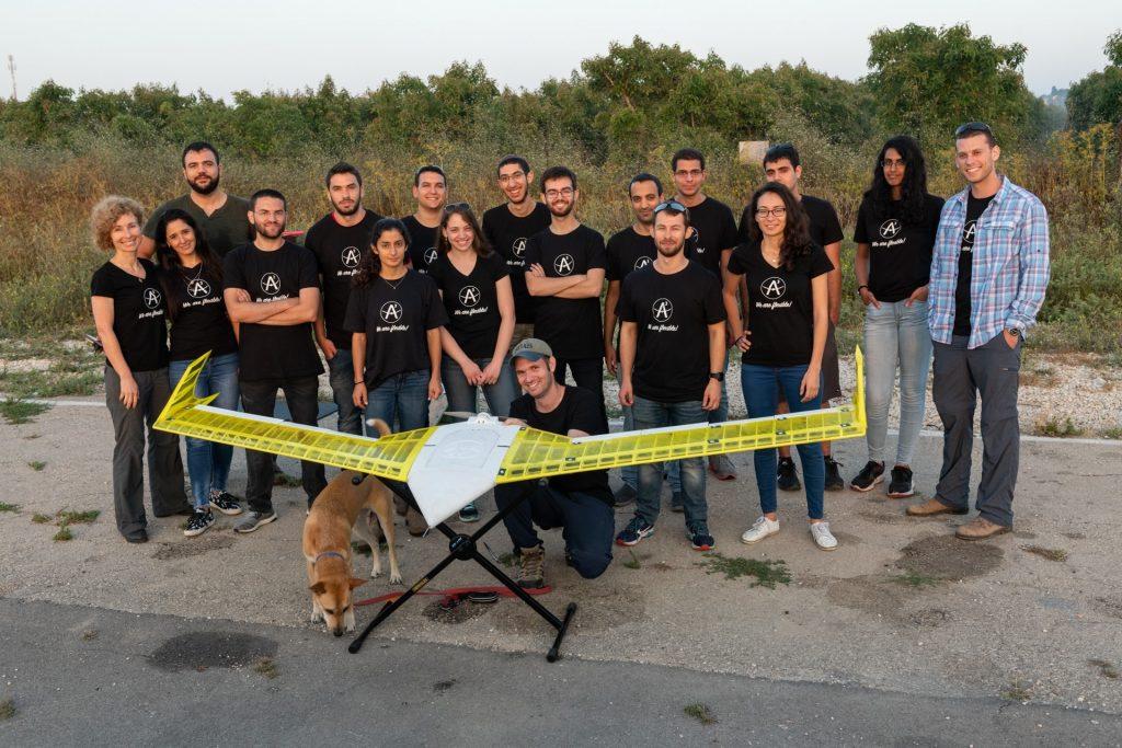 פרופ' דניאלה רווה (משמאל) עם הסטודנטים. קרדיט צילום:אסף הבר