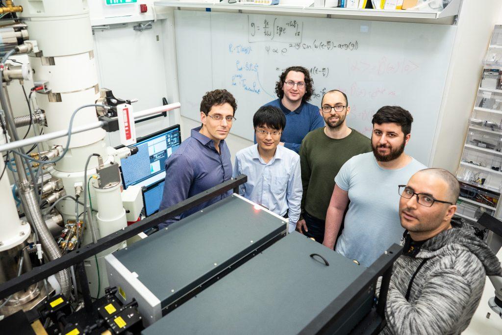 """קבוצת המחקר של ד""""ר עדו קמינר בטכניון (עדו משמאל). התמונה צולמה לפני תקופת הקורונה"""