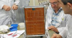 הוביק אגלריאן, מהנדס האלקטרוניקה הראשי של מכון אשר לחקר החלל, עם המקלט החדש
