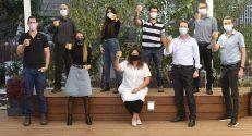 """צוות The Microbes, המנחים והדיקנית: שורה קדמית, מימין לשמאל: פרופ""""מ אבי שפיגלמן, פרופסור יואב ליבני (מוביל הפרויקט בטכניון), דיקנית הפקולטה להנדסת ביוטכנולוגיה ומזון פרופסור מרסל מחלוף, רחל ביטון, איציק אנגלברג; שורה אחורית מימין לשמאל: פרופ""""ח אורי לזמס, אלון רומנו, ליחן משיח ופרופ' יחזקאל קשי"""