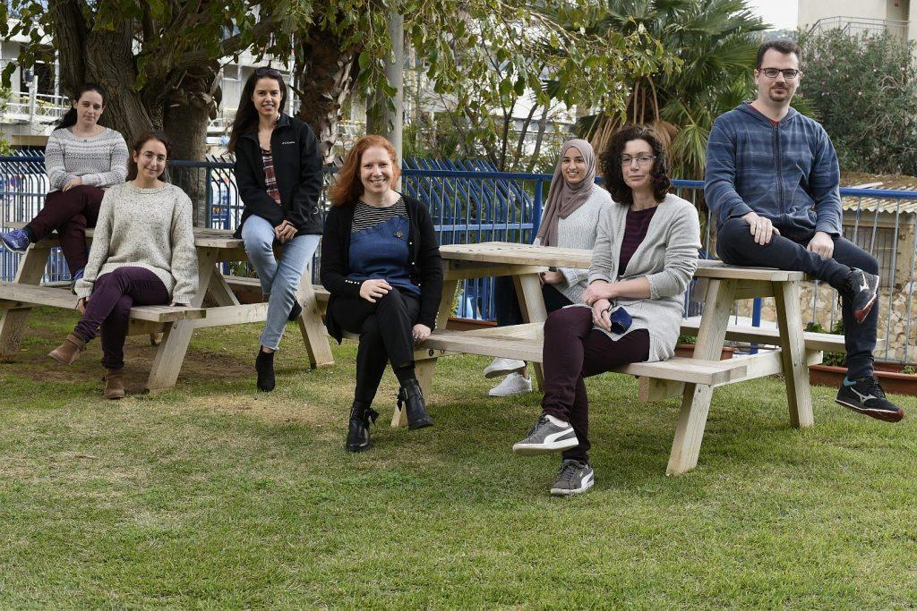 תמונה קבוצתית, מימין לשמאל: אנטולי מלר, פלוניה לוי-אדם, תהאני קדח, רעות שלגי, אמל יוניס, שני הדר וכנרת רוזלס-שרגנהיים.