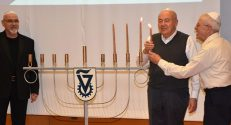"""ד""""ר אנדרו ויטרבי מדליק נרות בטקס בטכניון. חנוכה 2015"""