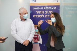 """ד""""ר נעמה גבע-זטורסקי (מימין) מציגה לנשיא הטכניון פרופ' אורי סיון את הבדיקה המהירה."""