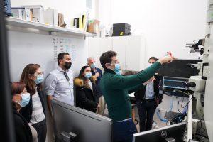 """ביקור במעבדה לדינמיקה קוונטית של אלומות אלקטרונים ע""""ש רוברט ורות מגיד בראשות ד""""ר עדו קמינר"""