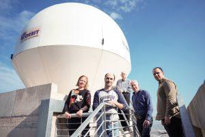 צוות החוקרים ליד תחנת הבקרה הקרקעית שהוקמה על גג בניין מכון אשר לחקר החלל בטכניון.