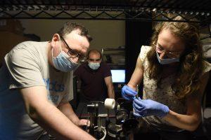 """עובדים על המחקר במעבדה. מימין לשמאל: יפעת פיקנר, ד""""ר דניאל גרוה וד""""ר דויד אליס"""