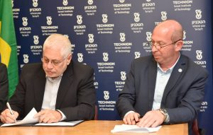 נשיא הטכניון פרופ' אורי סיון חותם על ההסכם