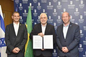 לאחר חתימת ההסכם. מימין לשמאל : פרופ' אלון וולף, פרופ' אורי סיון ושאול שעשוע