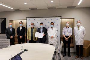 נציגי בית החולים בברזיל לאחר החתימה על ההסכם המשותף