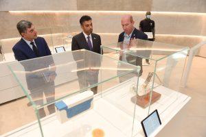 השגריר עם פרופ' אלון וולף בסיור במרכז המבקרים של הטכניון