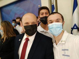 ראש הממשלה נפתלי בנט עם ניר כהן זוכה מדליית הזהב