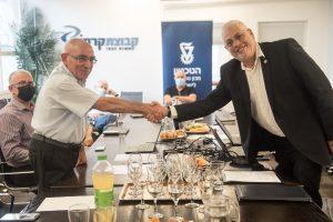 """נשיא הטכניון פרופ' אורי סיון (מימין) עם יואל קרסו יו""""ר קרסו מוטורס"""