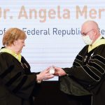 נשיא הטכניון פרופ' אורי סיון מעניק לקנצלרית מרקל את תואר הכבוד